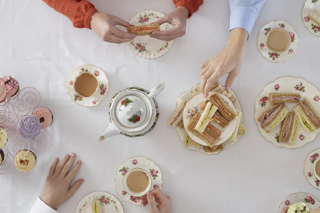 كيف تستضيف حفلة شاي بعد الظهر